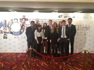 Freiwillige Austauschschüler als Helfer bei Wohltätigkeits Ball